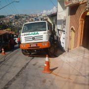 Caminhão da Lara perde o freio e invade casa na Vila Vitória em Mauá