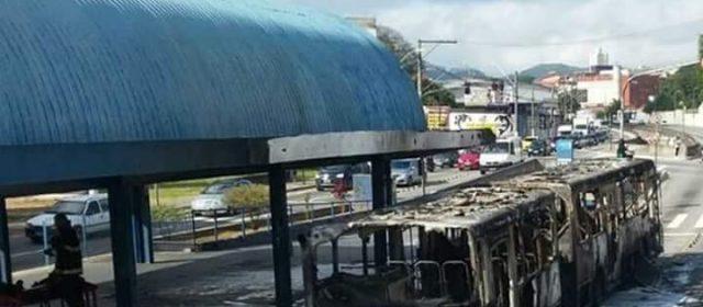 Ônibus da Suzantur pega fogo em Santo André