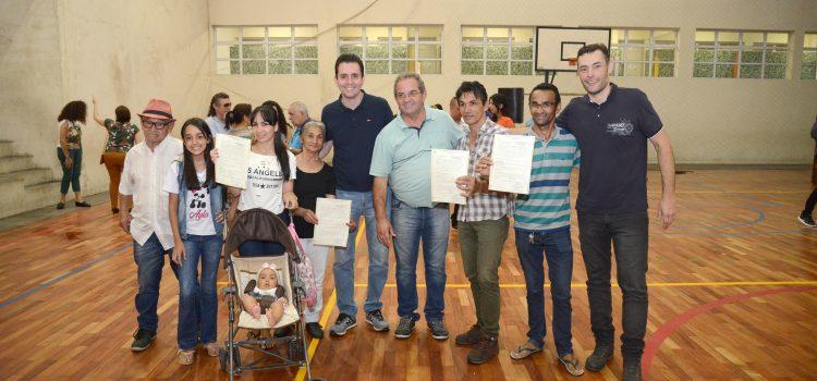 Prefeitura entrega 136 escrituras a moradores do Conjunto Alzira Franco I